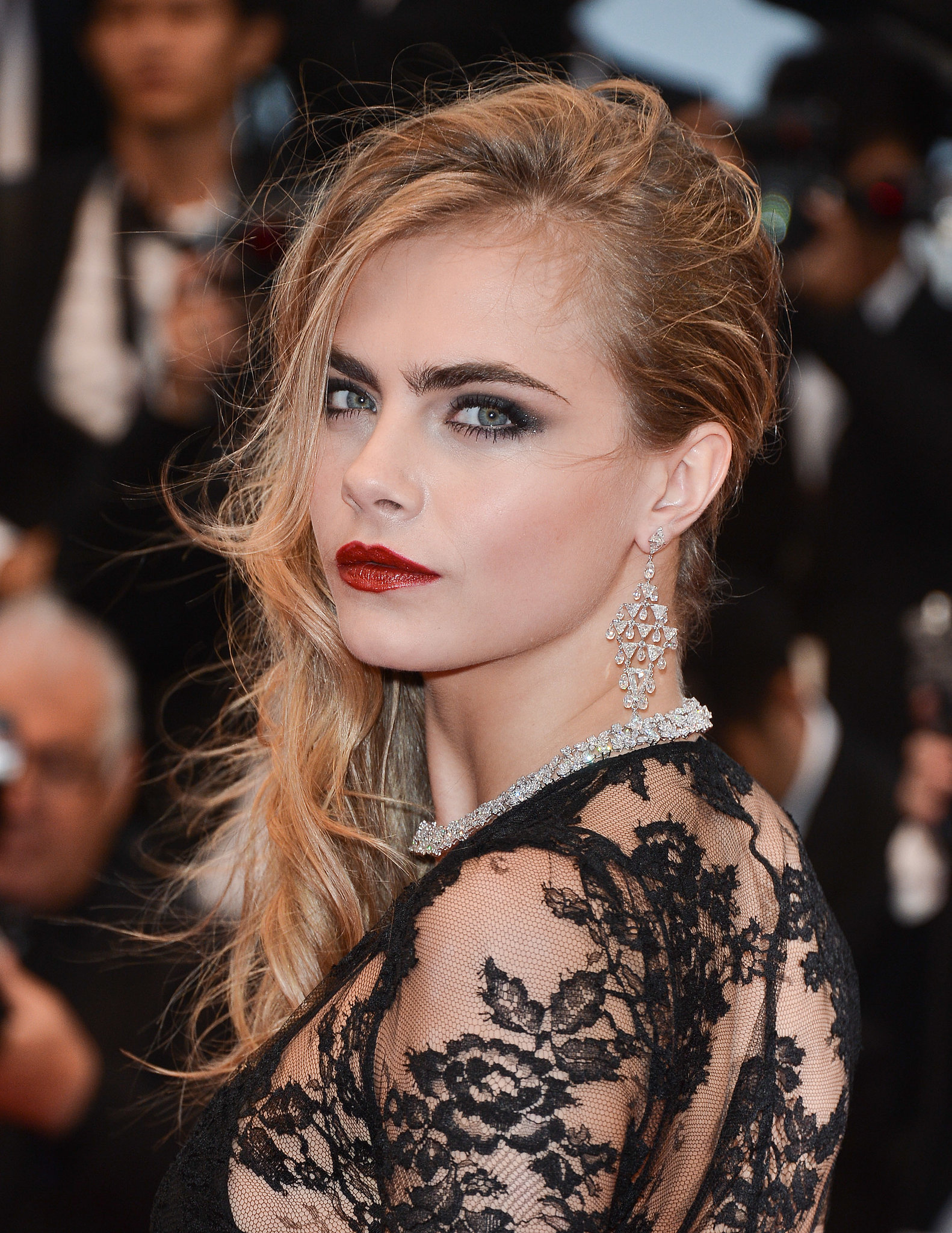 Cara-Delevingne-hair-had-tousled-texture-due-wet-weather