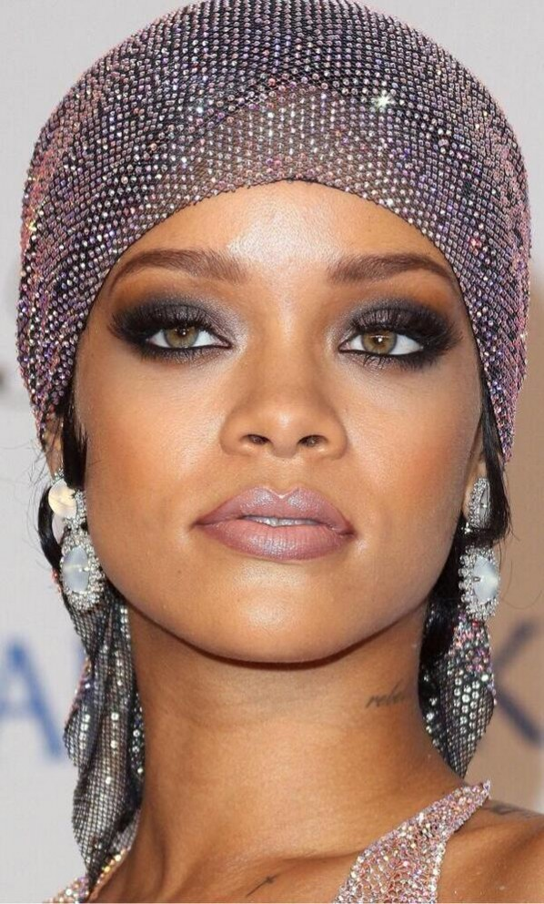 rihanna-2014-cfda-awards-10-598x993