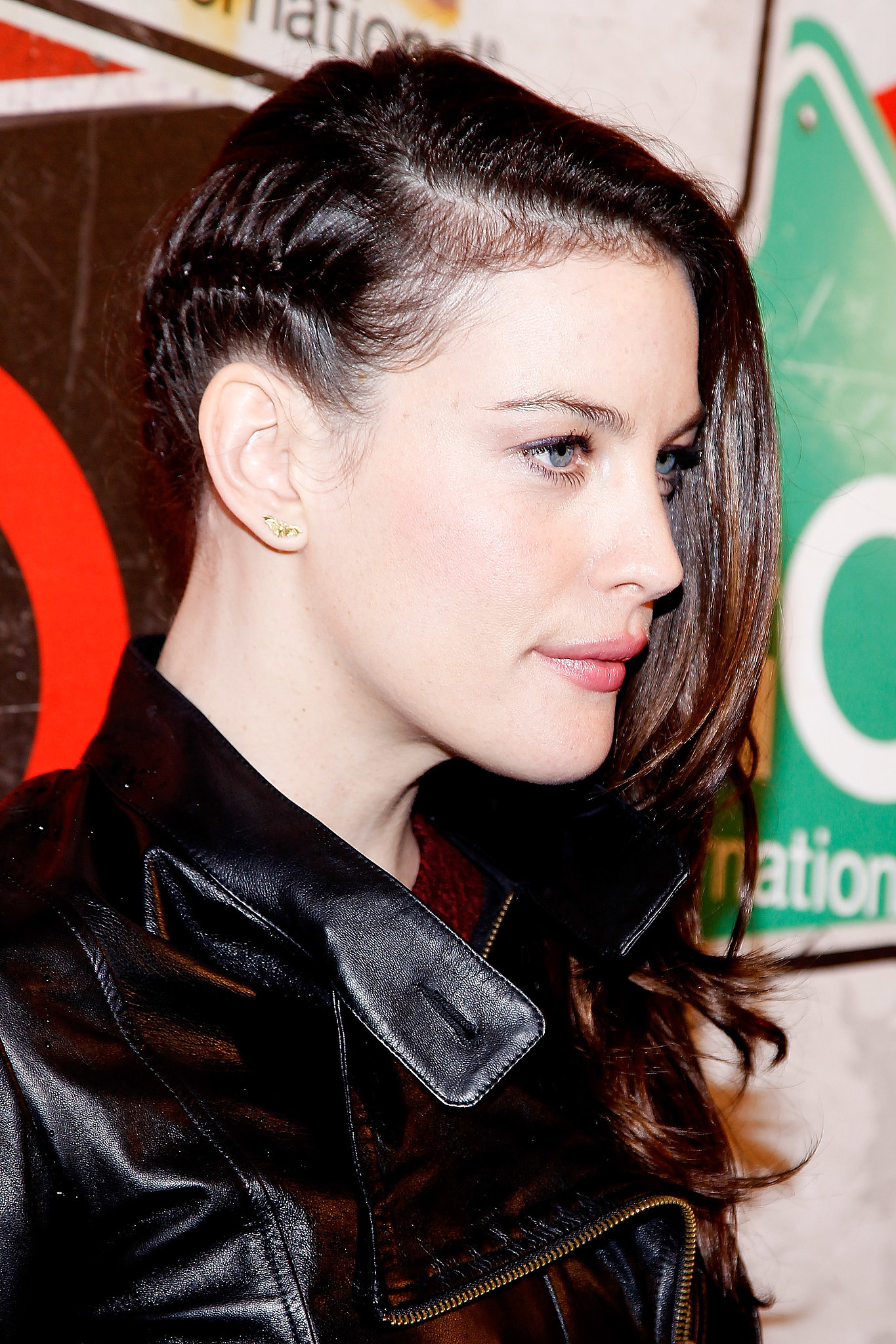 easiest-way-take-sideswept-style-from-glamorous-edgy