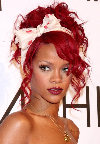 Rihanna-curly-hairstyle