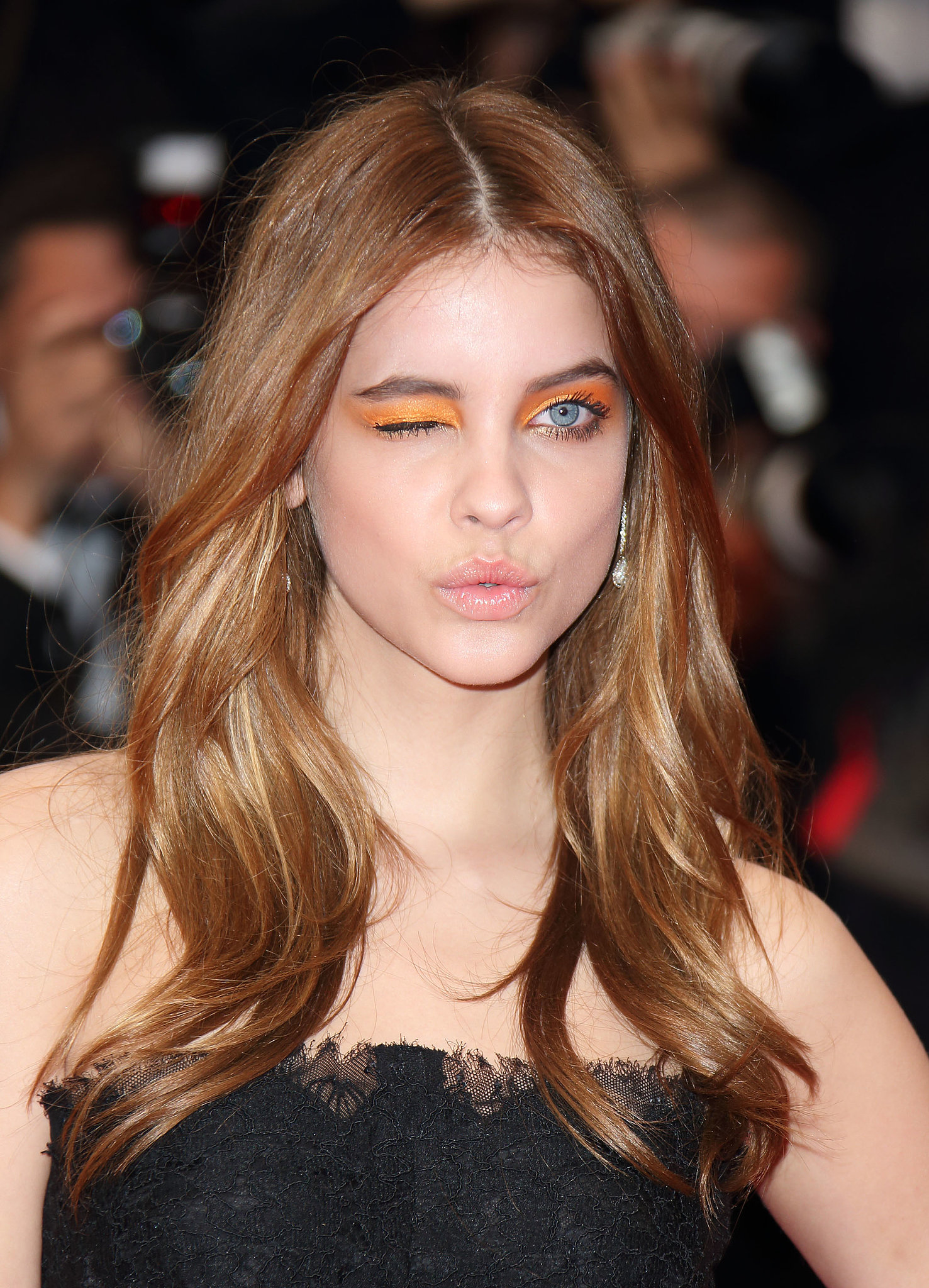 Model-Barbara-Palvin-wore-bright-orange-eye-shadow-from-lash-line