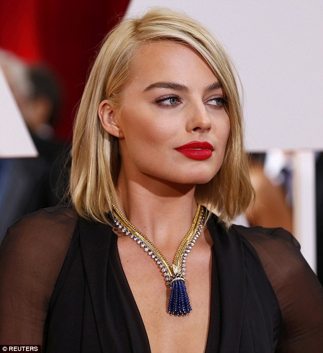 25F8049800000578-2964544-Dazzling_Margot_Robbie_showcased_a_striking_Van_Cleef_and_Arpels-m-28_1424656098814
