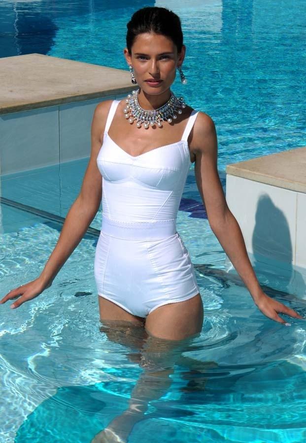 Au-festival-de-Cannes-2011-Bianca-Balti-pose-en-maillot-de-bain-dans-la-piscine-de-l-hotel-Martinez_portrait_w858