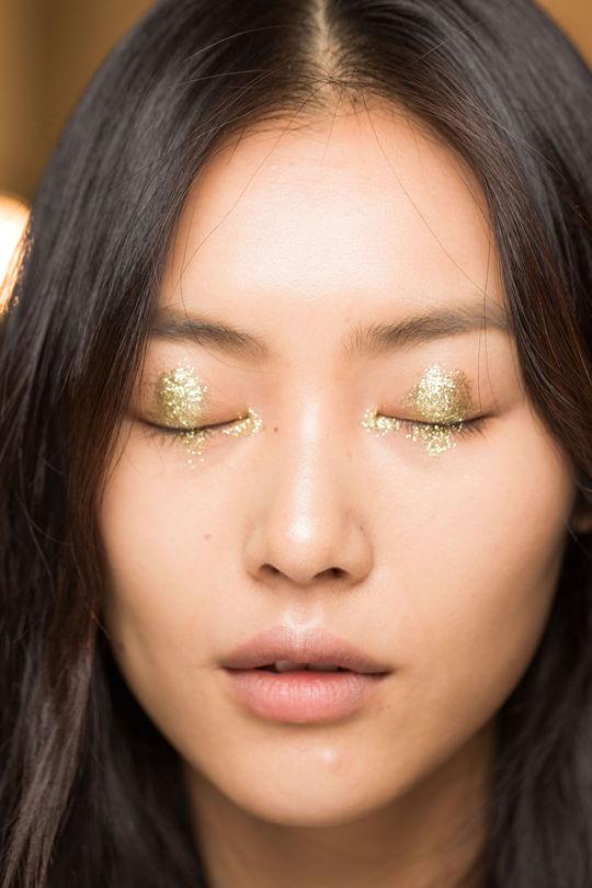 anna-sui-ss15-nyfw-gold-eyeshadow-closed-w540