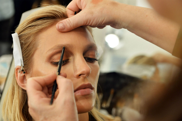 ::::Il-make-up-affidato-alla-make-up-artist-Pat-Mc-Grath-punta-tutto-sullo-sguardo-con-polveri-che-riprendono-i-colori-della-terra_hg_temp2_s_full_l