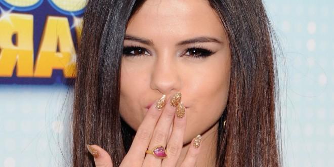 Selena-Gomez-Gold-Glitter-Nails-Main-660x330