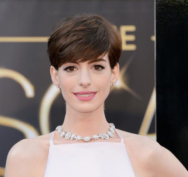 anne-hathaway-2013-oscars-makeup-jewelry