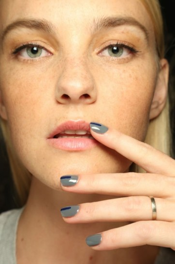 nail-art-con-striscia-navy-prabal-gurung
