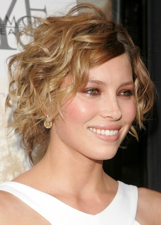 Romantic-Short-Curly-Hairstyle-with-Side-Swept-Fringes–-Hairstyle-for-2014