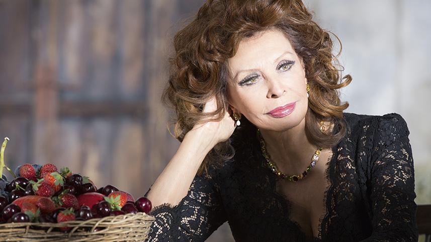 _Cliomakeup_Coolspotting_Sophia_Loren_un rosso ciliegia luminoso creato, insieme a Domenico Dolce e Stefano Gabbana, da Sophia Loren in persona per esaltare l'intensa pigmentazione delle sue labbra