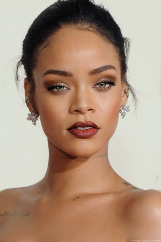 ClioMakeUp-Rihanna-coolspotting-look-capelli-make-up-trucco-capelli-rossetto-rosso-
