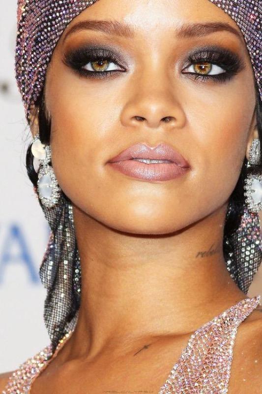 ClioMakeUp-Rihanna-coolspotting-look-capelli-make-up-trucco-capelli-smokey-grigio