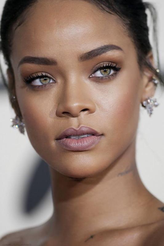 ClioMakeUp-Rihanna-coolspotting-look-capelli-make-up-trucco-naturale-