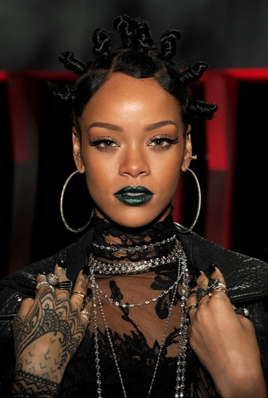ClioMakeUp-Rihanna-coolspotting-look-capelli-make-up-trucco-capelli-Bantu-Knot