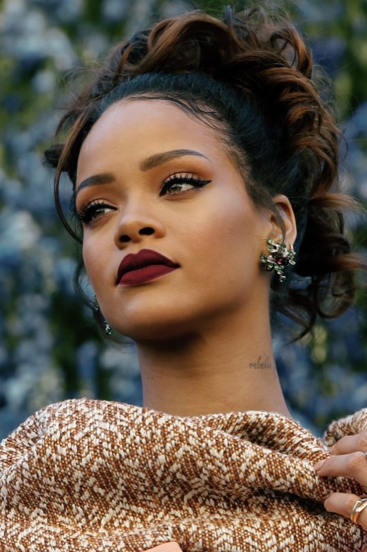 ClioMakeUp-Rihanna-coolspotting-look-capelli-make-up-trucco-capelli-rossetto-malva-matte-eyeliner_