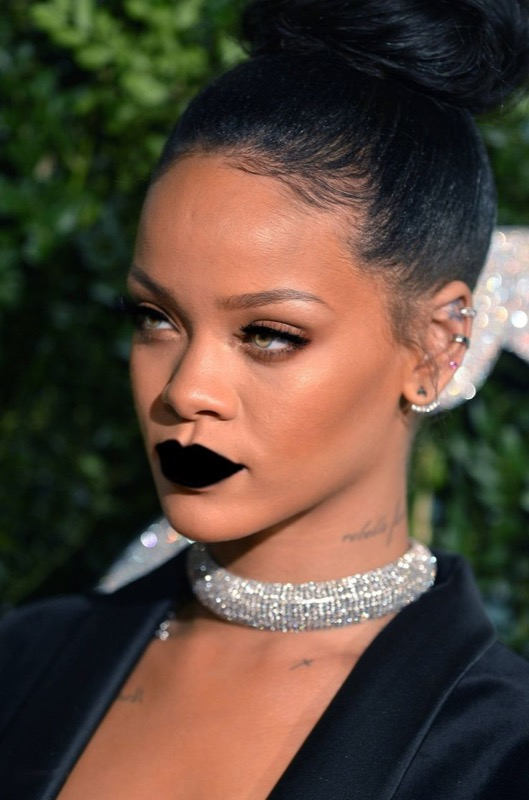 ClioMakeUp-Rihanna-coolspotting-look-capelli-make-up-trucco-capelli-rossetto-nero-