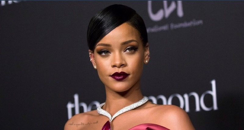 ClioMakeUp-Rihanna-coolspotting-look-capelli-make-up-trucco-rossetto-marsala