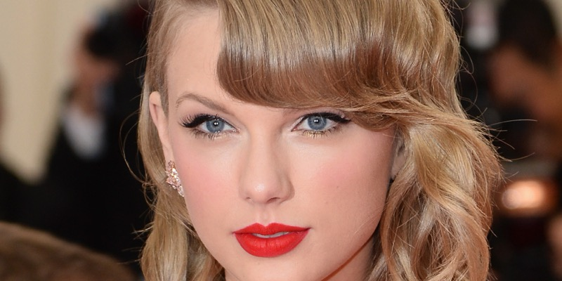 Taylor Swift rossetto rosso elegante