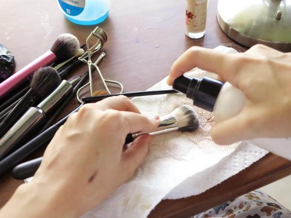 cliomakeup-errori-uso-pennelli-9-pulirli-velocemente