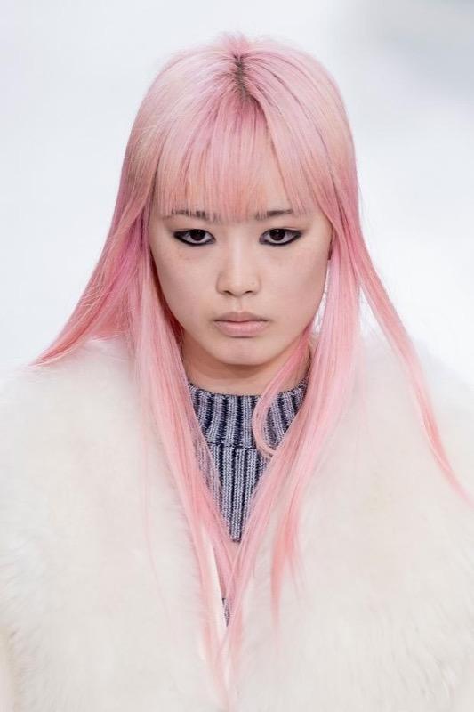 cliomakeup-capelli-rosa-pink-trucco-abbinamenti-ottenere-tinta-trend-1-passerella-vuitton