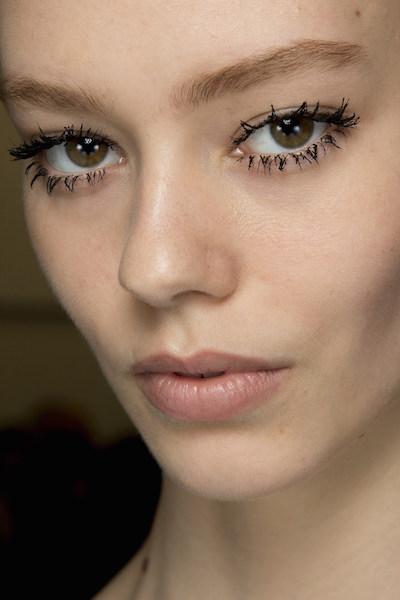 cliomakeup-prodotti-inutili-trucco-makeup-ciglia-mascara-grumi