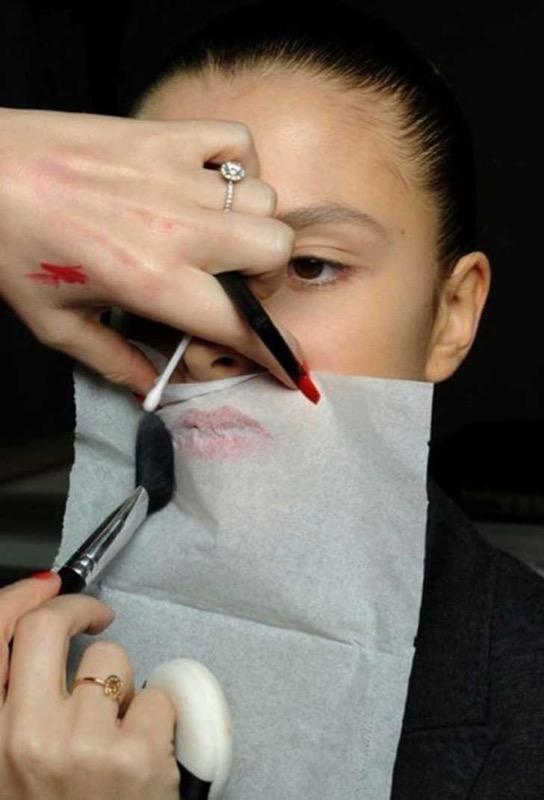 ClioMakeUp-consigli-segreti-makeupartist-makeup-rossetto-cipria-veletta-fazzoletto