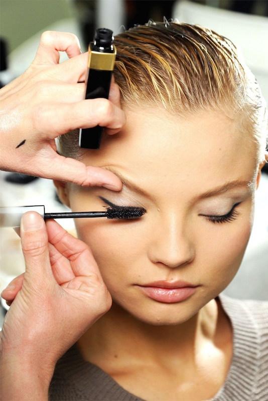 ClioMakeUp-occhi-piu-grandi-trucco-piccoli-make-up-chanel-2012-backstage