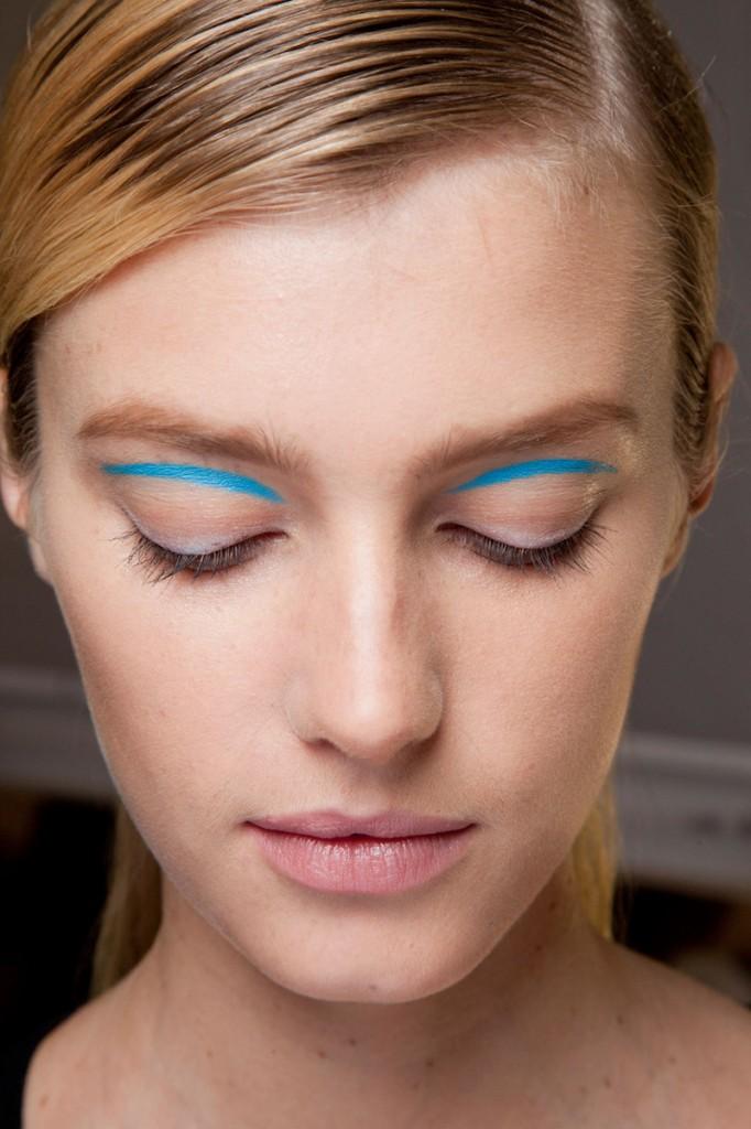 cliomakeup-eyeliner-grafico-sperimentale-idee-22-azzurro