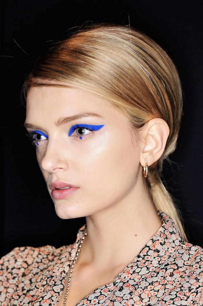 cliomakeup-eyeliner-grafico-sperimentale-idee-26-blu-elettrico.jpg