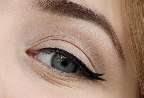 cliomakeup-eyeliner-grafico-sperimentale-idee-3-doppia-coda