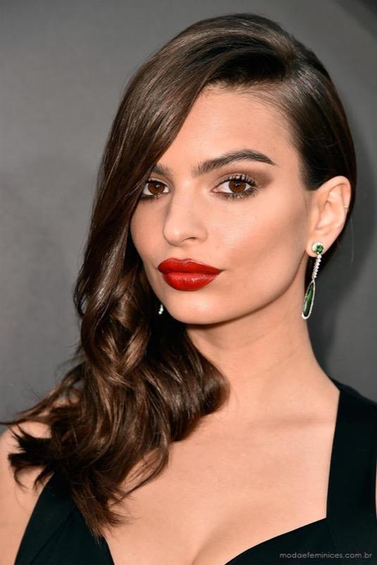 ClioMakeUp-coolspotting-segreti-bellezza-trucco-capelli-make-up-Emily-Ratajkowski-rossetto-rosso-occhi-oro-antico