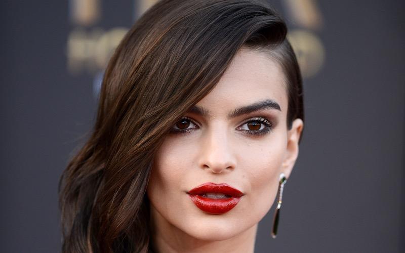 ClioMakeUp-coolspotting-segreti-bellezza-trucco-capelli-make-up-Emily-Ratajkowski-rossetto-rosso