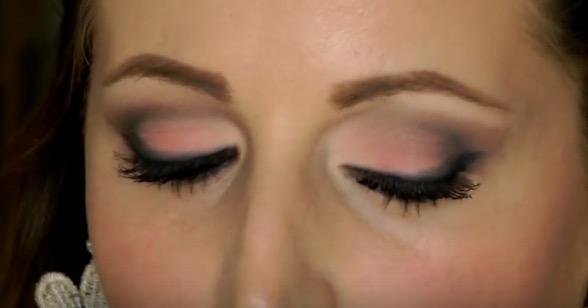 cliomakeup-sfumature-occhi-regole-errori-evitare-trucco-makeup-trucco-laura-pausini-grigio-rosa