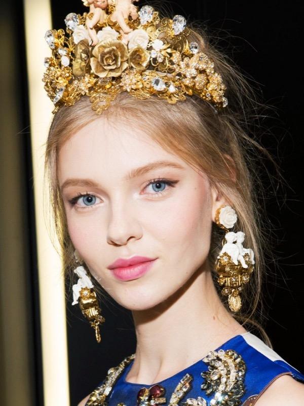 cliomakeup-orecchini-grandi-colorati-pietre-dorati-abbinamenti-makeup-trucco-occhi-capelli-oro-4