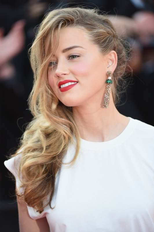 ClioMakeUp-rossetto-versatile-sta-bene-tutte-amber-heard-cannes-NARS-mysterious-red