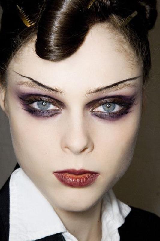 ClioMakeUp-trucco-anni-30-stile-capelli-make-up-trend-oggi-ieri-sfilata-Christian-Lacroix-Fall-2008.