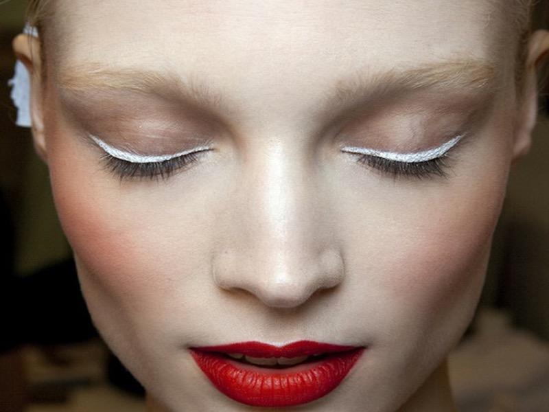 cliomakeup-come applicare-eyeliner-11-matita-bianca