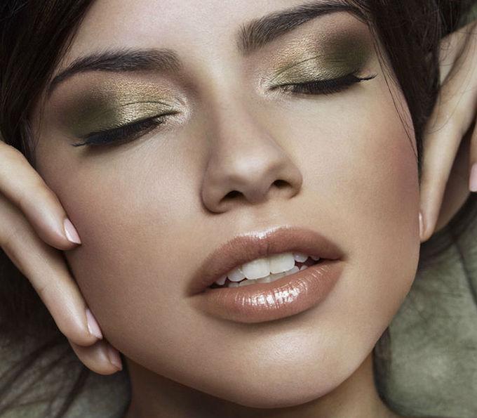cliomakeup-sfumature-occhi-regole-errori-evitare-trucco-makeup-Adriana-Lima-ombretto-verde-makeup