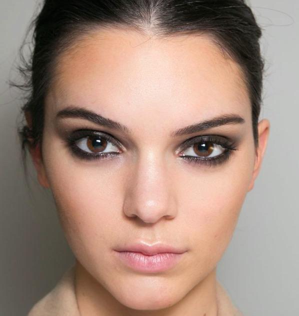 cliomakeup-trucco-nero-occhi-elegante-sexy-eyeliner-mascara-ciglia-kendall-jenner