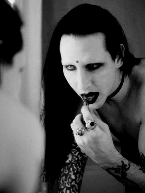 cliomakeup-rossetto-nero-elegante-trasgressivo-consigli-segreti-makeup-labbra-dark-4
