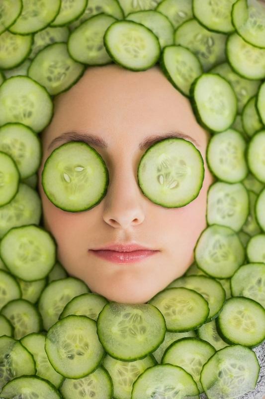 ClioMakeUp-maschere-impacchi-fai-da-te-rimedi-naturali-borse-occhiaie-labbra-screpolate-cetriolo-fettine