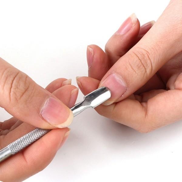 ClioMakeUp-cura-unghie-prodotti-accessori-essenziali-manicure-spingicuticole-acciaio