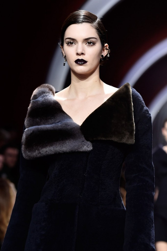 cliomakeup-rossetto-nero-elegante-trasgressivo-consigli-segreti-makeup-labbra-dark-1