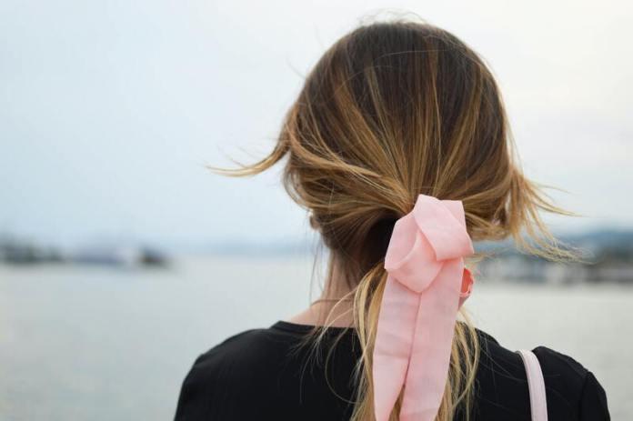 cliomakeup-errori-capelli-spezzati-estate-elastico