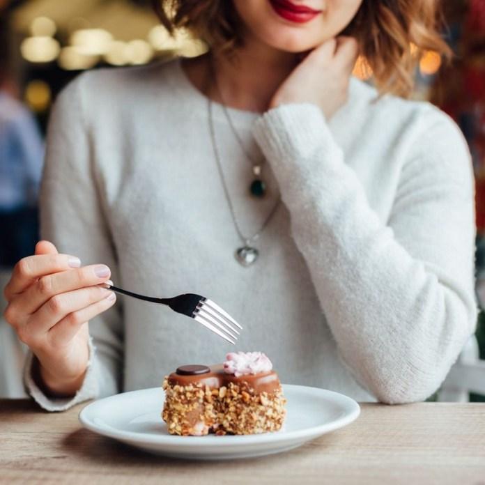 cliomakeup-dolci-durante-dieta-6-eating-dessert.jpg