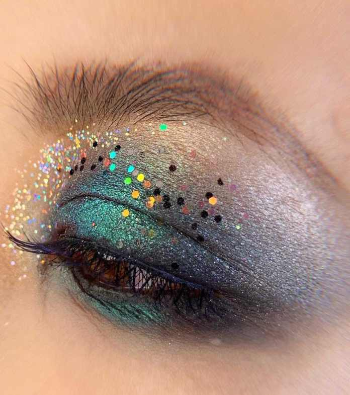 cliomakeup-ricreare-makeup-coachella-5-glitter-portabili-palpebra