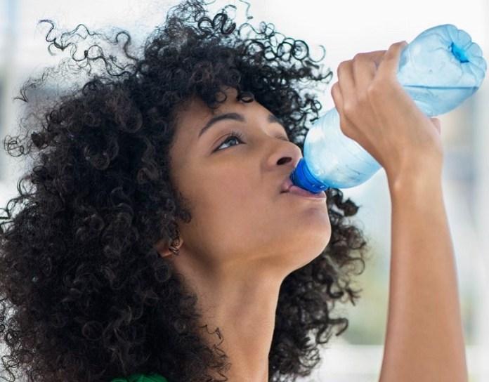cliomakeup-ritenzione-idrica-16-bere-acqua