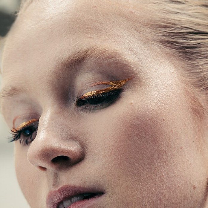 Cliomakeup-eyeliner-primavera-estate-2019-17-eyeliner-grafico-oro