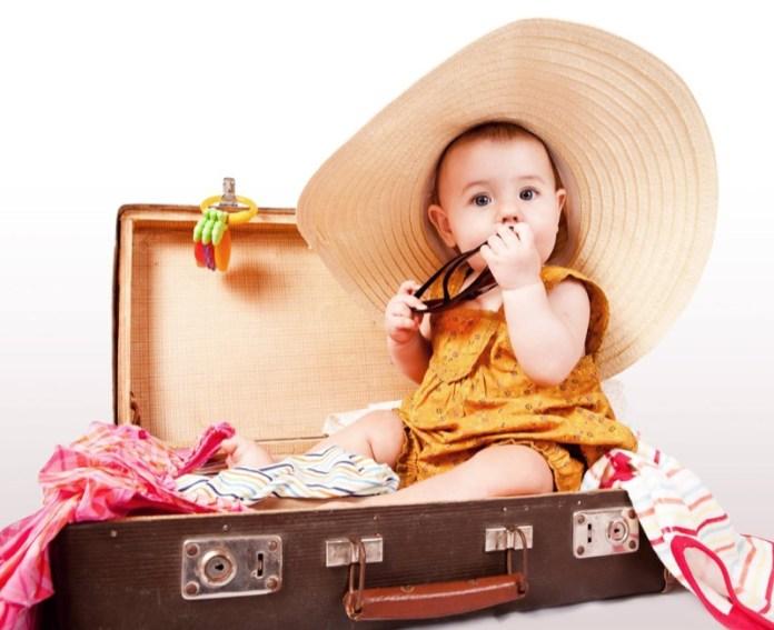 cliomakeup-affrontare-viaggio-aereo-neonato-11-bimba-valigia