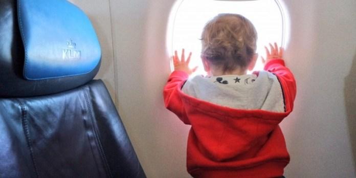 cliomakeup-affrontare-viaggio-aereo-neonato-8-bambino-finestrino